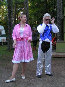 """BILL HILDING"" ja OHJAUS - Upp till camping. Teaterboulage 2004. Photo Bobo Lundén"