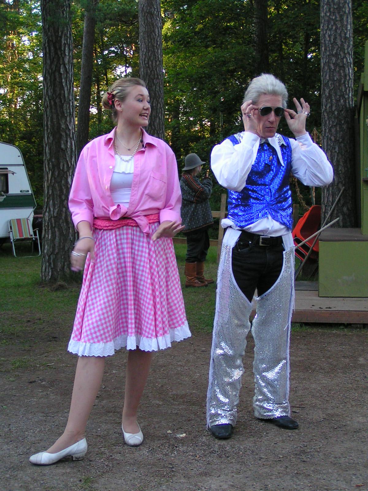"""""""BILL HILDING"""" och REGI - Upp till camping, Teaterboulage 2004. Photo Bobo Lundén."""